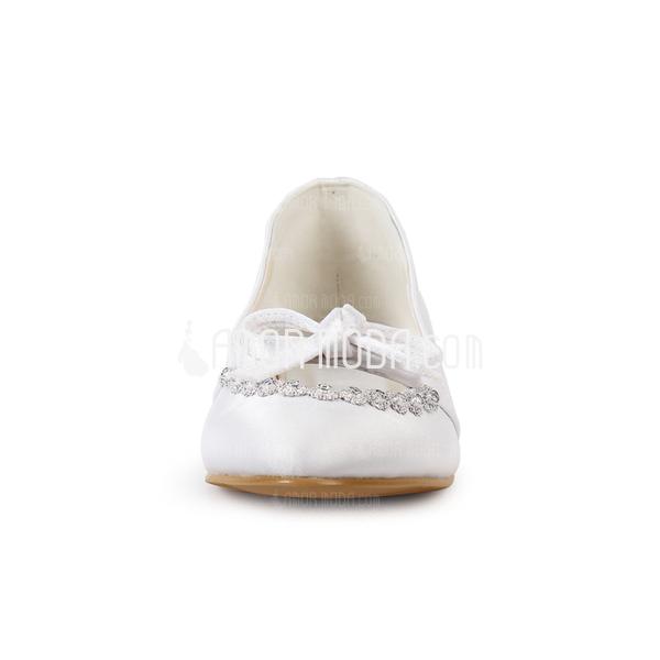 Vrouwen Satijn Flat Heel Closed Toe Flats met Strik Rhinestone (047014129)