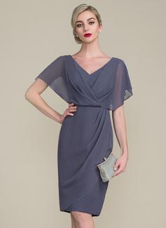 Etui-Linie V-Ausschnitt Knielang Chiffon Kleid für die Brautmutter mit Rüschen (008107655)