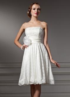 Forme Princesse Sans bretelle Longueur genou Satiné Dentelle Robe de mariée avec Fleur(s) (002004004)