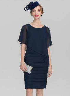 Etui-Linie U-Ausschnitt Knielang Chiffon Kleid für die Brautmutter mit Rüschen (008131923)