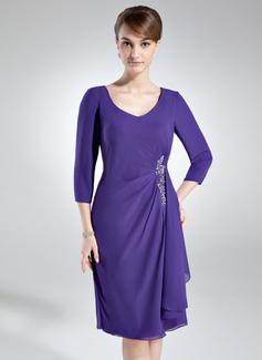 Etui-Linie V-Ausschnitt Knielang Chiffon Kleid für die Brautmutter mit Applikationen Spitze Pailletten Gestufte Rüschen (008005690)