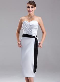 Etui-Linie Herzausschnitt Knielang Charmeuse Brautjungfernkleid mit Rüschen Schleifenbänder/Stoffgürtel Perlen verziert (007021059)