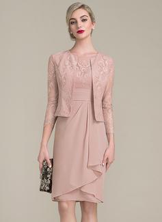 Etui-Linie U-Ausschnitt Knielang Chiffon Spitze Kleid für die Brautmutter mit Gestufte Rüschen (008102705)