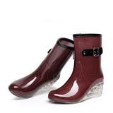 Vrouwen PVC Wedge Heel Wedges Laarzen Half-Kuit Laarzen Regenlaarzen met Gesp Rits Juwelen Hak schoenen (088127030)