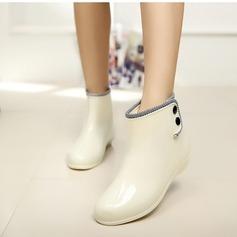 Frauen PVC Niederiger Absatz Stiefel Stiefel-Wadenlang Regenstiefel mit Niete Schuhe (088127039)